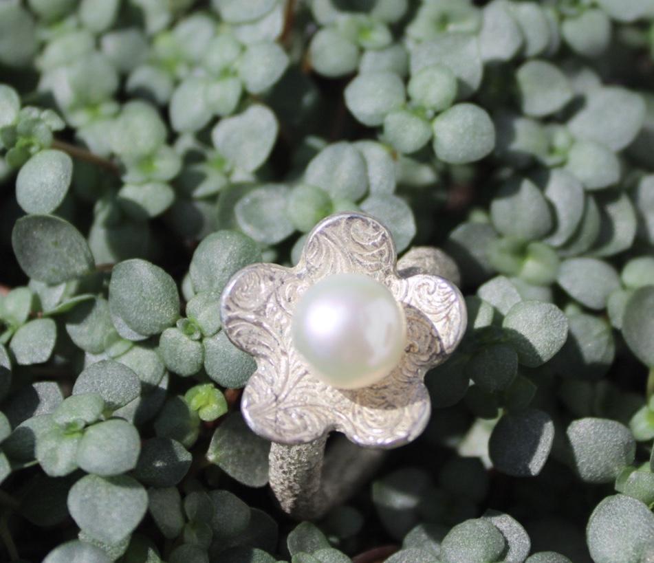 Ring mit Blume und Perle